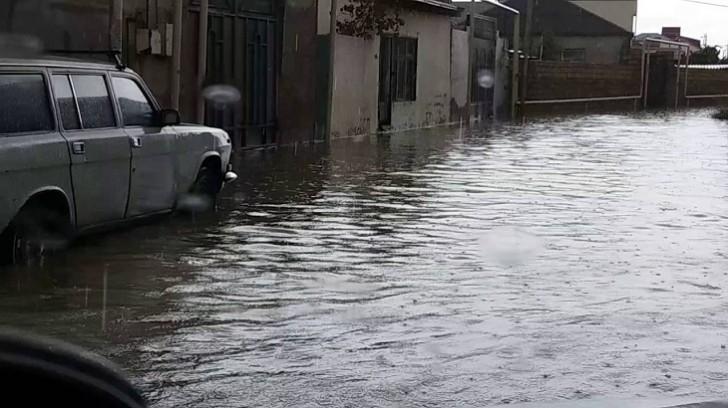 Şirvanda güclü yağış nəticəsində küçələr su altında qalıb