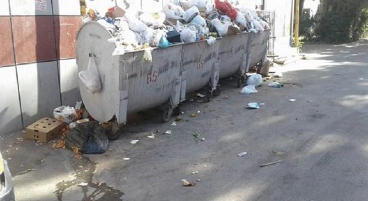 Nəsimi rayonunda zibil qutuları şagirdlərin yolunun üstünə qoyuldu-