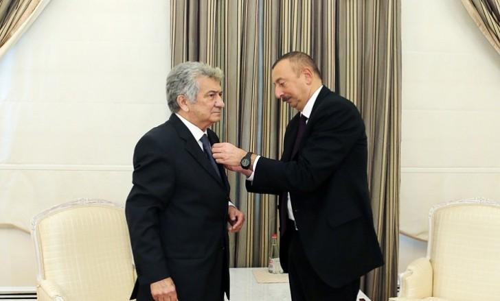 """İlham Əliyev xalq artisti Rauf Abdullayevə """"İstiqlal"""" ordenini təqdim edib"""