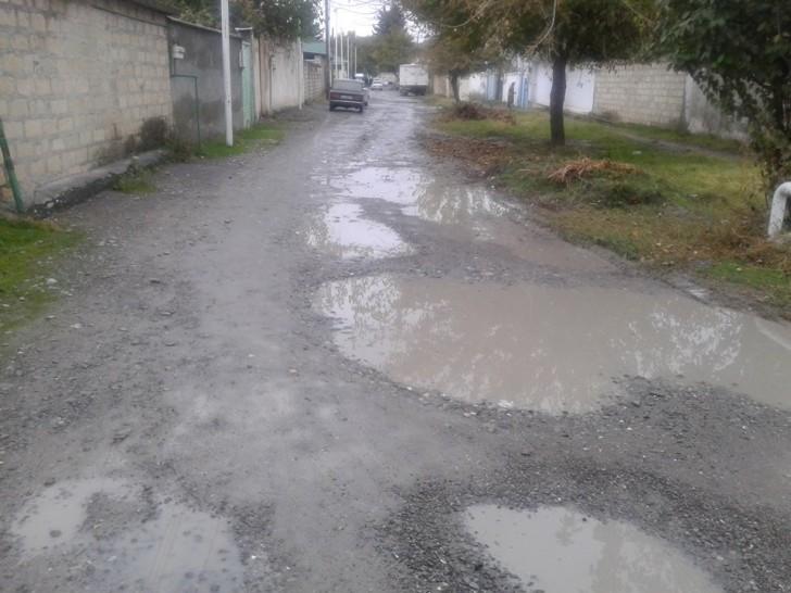 Göyçayın mərkəzində kənd yolu-