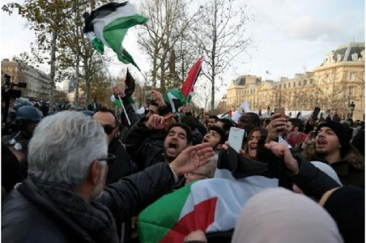 Fransada minlərlə insan Trampın Qüdslə bağlı qərarına qarşı aksiya keçirib