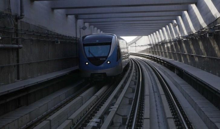 Sərnişin dolu metro qatarı relsdən çıxdı