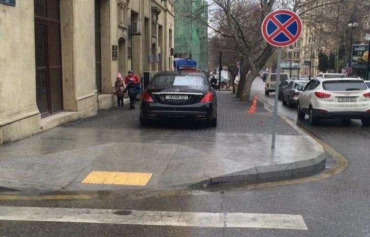 Nazim İbrahimovun avtomobili qaydaları pozaraq əlillərin yolunu bağladı-
