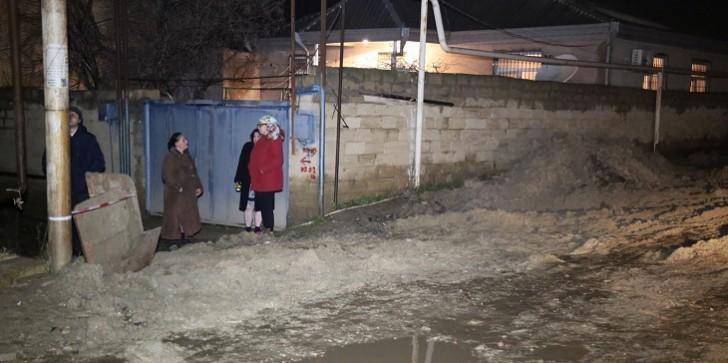 Bakıda su borusu partladı, 10 evi su basdı-
