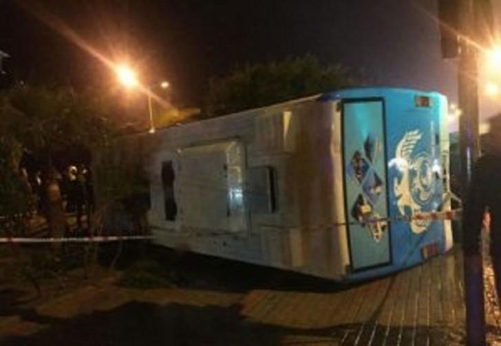 Hərbçiləri daşıyan avtobus aşdı-