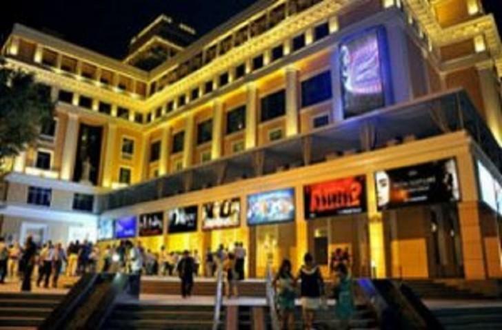 """""""Nizami"""" Kino Mərkəzinin qarşısında kütləvi dava"""
