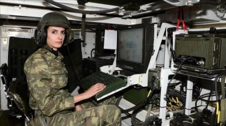 Afrində terrorçulara qarşı döyüşən qadın hərbçilər-