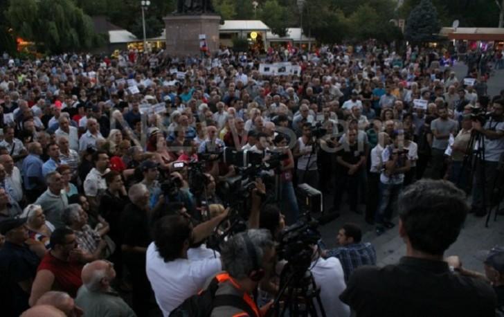 Ermənistanda dövlət qurumları mühasirəyə alındı