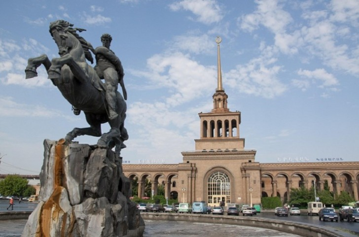 Ermənistan baş nazirinin iqamətgahındakı sənədlər çıxarılır