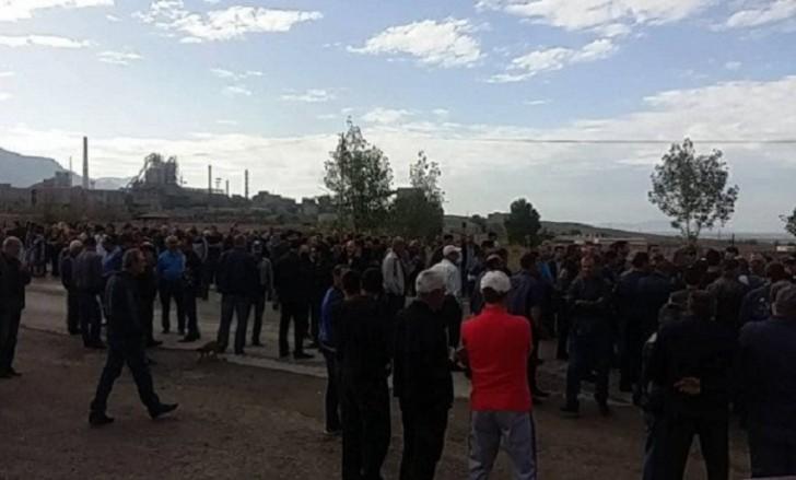 Ermənistanda milyarderin işçiləri etiraz edir