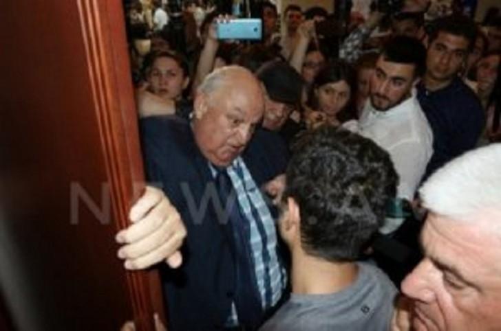 Yerevanda istefası tələb olunan rektor xəstəxanalıq oldu