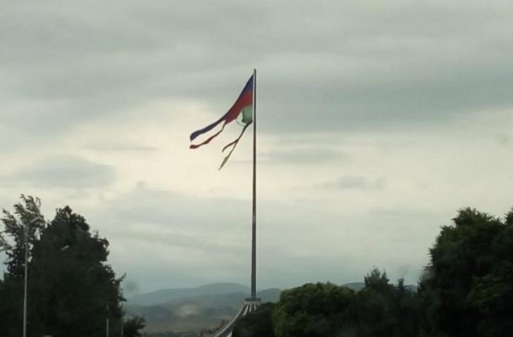 Qazaxda bayrağımız bu halda-