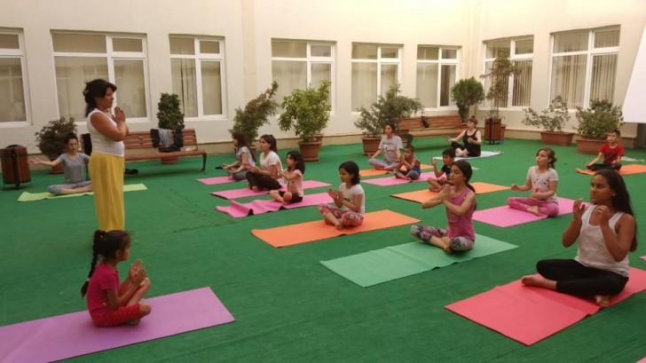 Reabilitasiya Müəssisəsindəki yetkinlik yaşına çatmayan uşaqlar üçün yoqa dərsləri keçirilir