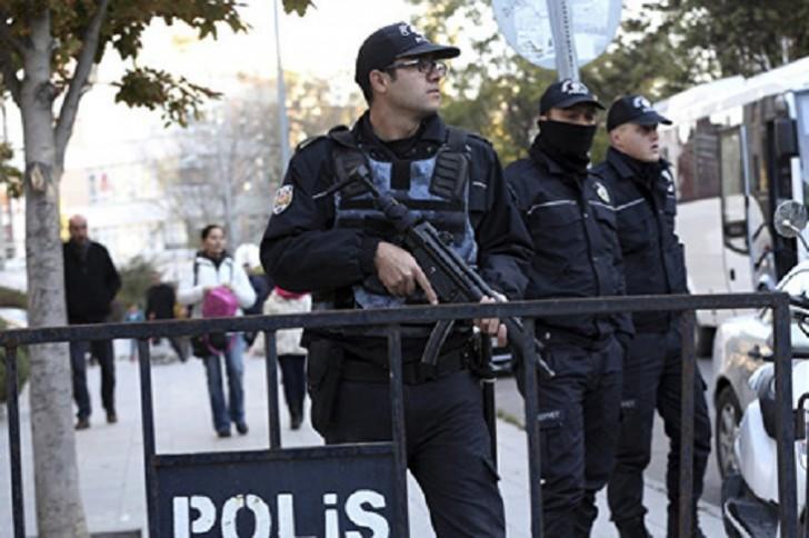 Türkiyədə polis maşını partladılıb: