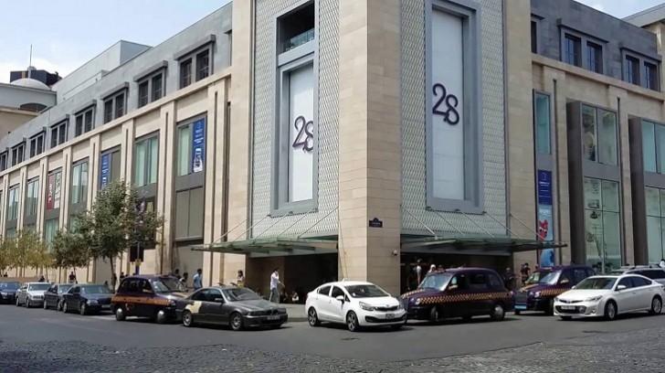 """Yarım milyon manat oğurlayıb qaçdı, """"28 Mall""""da yaxalandı"""