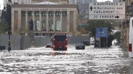 Bakı yenə yağış suları altında qaldı-