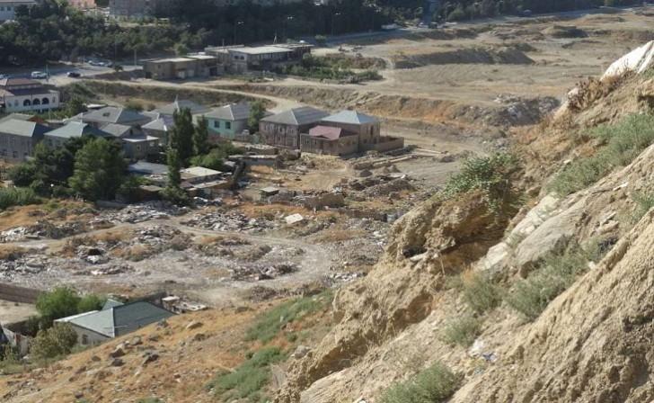 Villa sahibləri Badamdardan qaçır: