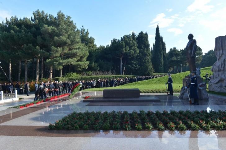 Dövlət Komitəsinin kollektivi ümummilli lider Heydər Əliyevin məzarını ziyarət edib-