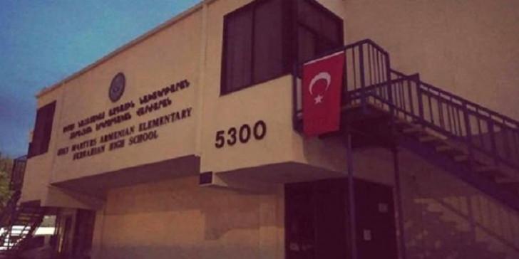 ABŞ-da iki erməni məktəbinə türk bayrağı asıldı-