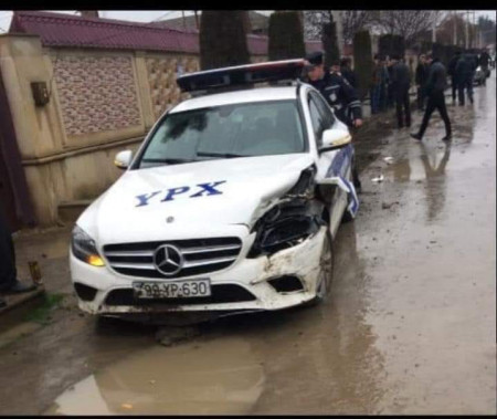 """Yol polisinə yeni verilmiş """"Mercedes"""" qəza törədib-"""