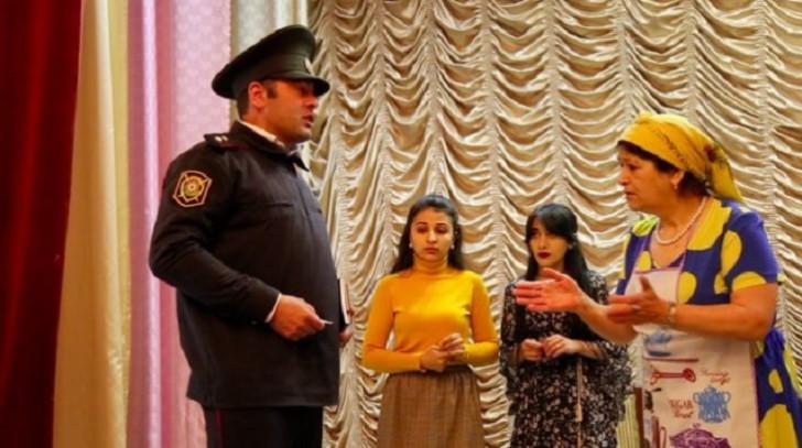 """Qax Xalq Teatrında """"Məhəbbət bir bəladır"""" komediyasının premyerası keçirilib-"""