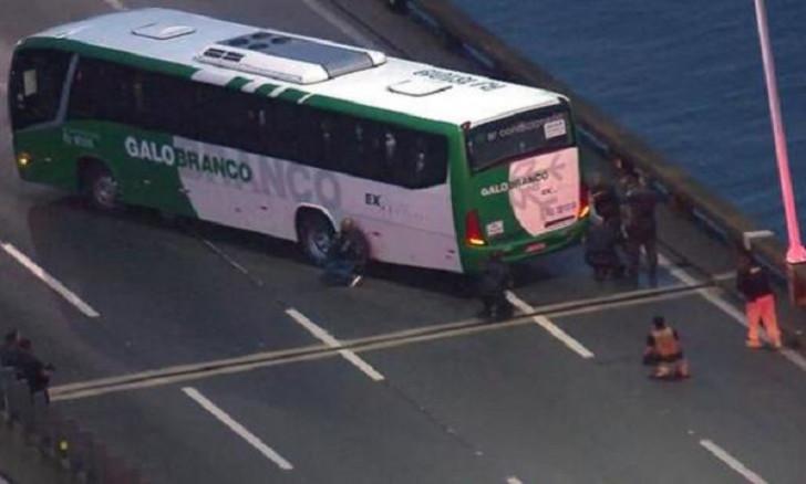 Sərnişin avtobusunu ələ keçirdi, polis tərəfindən vuruldu -