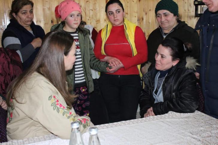 Qənirə Paşayeva Abulbəyli kəndində yüzlərlə seçici ilə görüşüb -