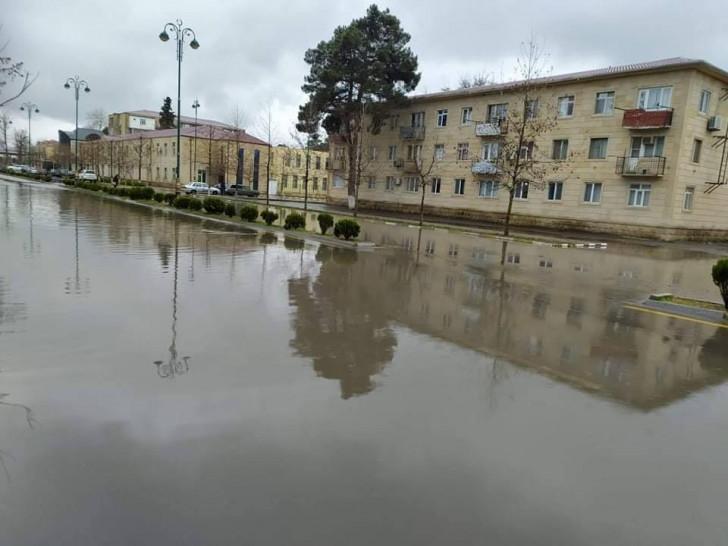 İmişli rayon mərkəzi böyük gölə çevrildi, İH şöbə müdiri faktı dandı -